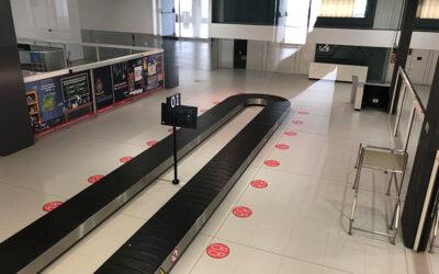 El aeropuerto de Murcia ya tiene la señalética para hacer frente a la Covid-19