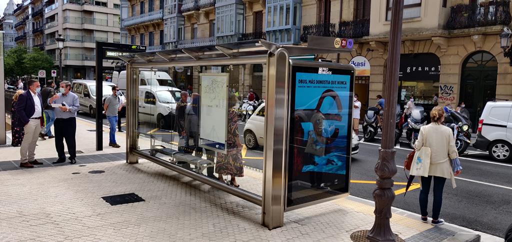 "DBUS instala la primera marquesina de autobús del nuevo modelo ""Donostia"""